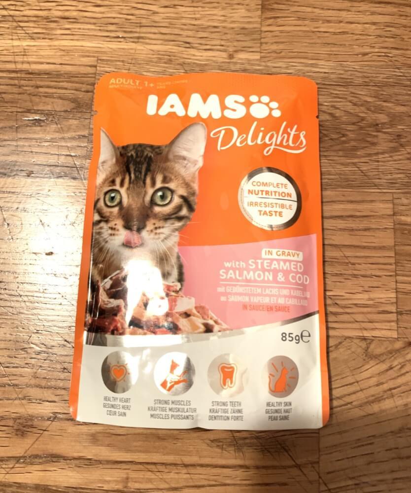 IAMS Delights mit gedünstetem Lachs und Kabeljau in Sauce